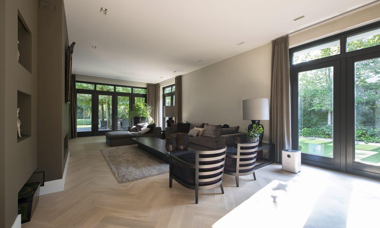 Bauwerk Crema Visgraat in warm en sfeervol interieur