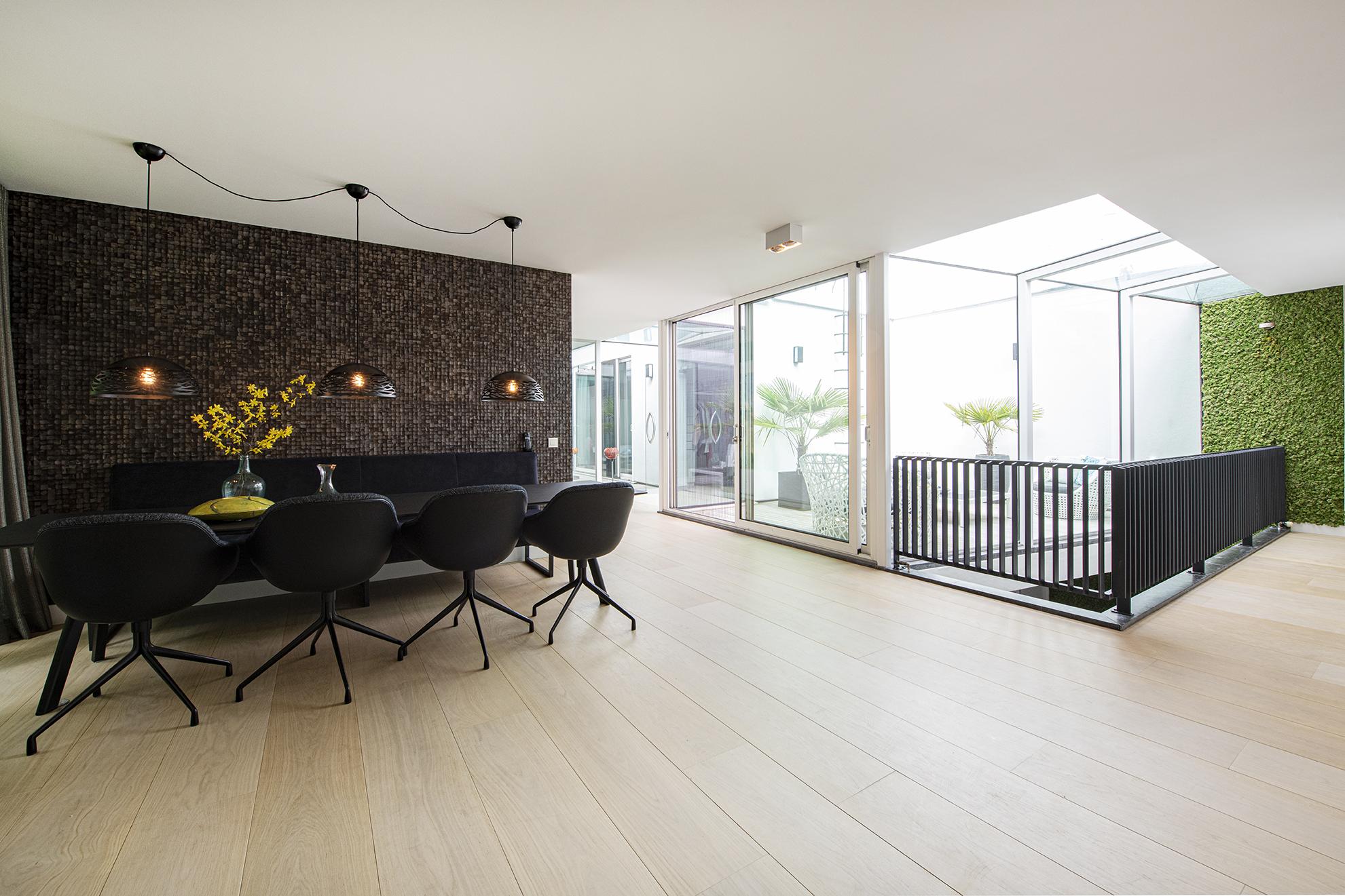 Extra brede eiken plankenvloer zónder noesten in moderne villa